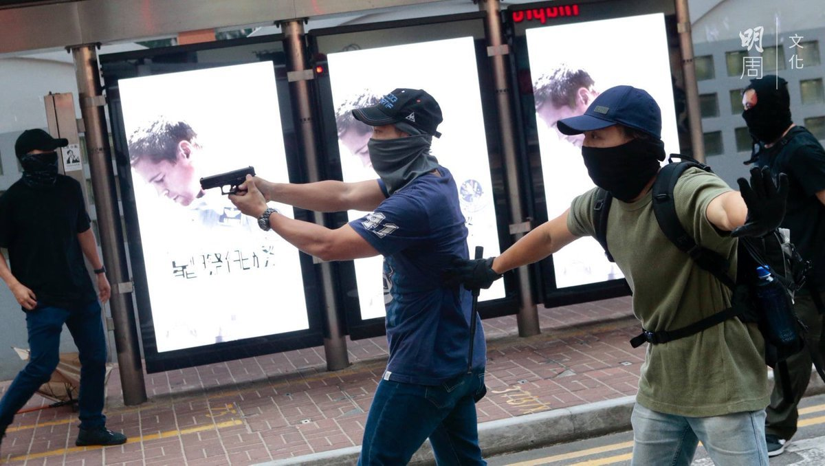 香港民眾9月29日自發舉行的抗議遊行遭警方武力鎮壓。在警民衝突的過程中,有疑似警方臥底人員拔出手槍指向抗議人群。(影片截圖)