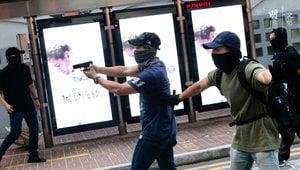 市民目擊港警偽裝抗爭者縱火 事後防暴警護送離開
