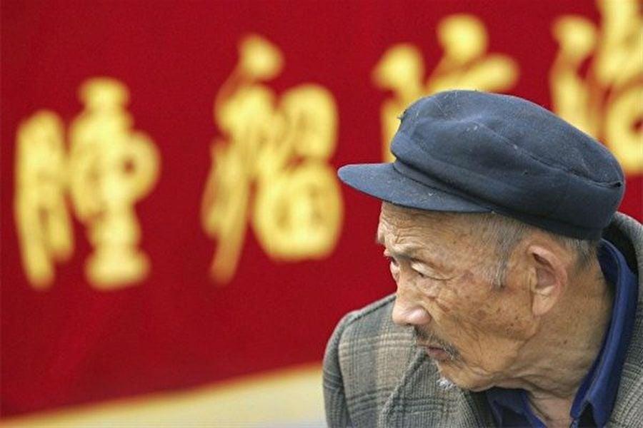 在中國,看不起病、吃不起藥的人越來越多,因病致貧、因病返貧的家庭越來越多。圖為:老百姓看病花的錢逐年增多的幅度大過了其收入增長的幅度。(China Photos/Getty Images)