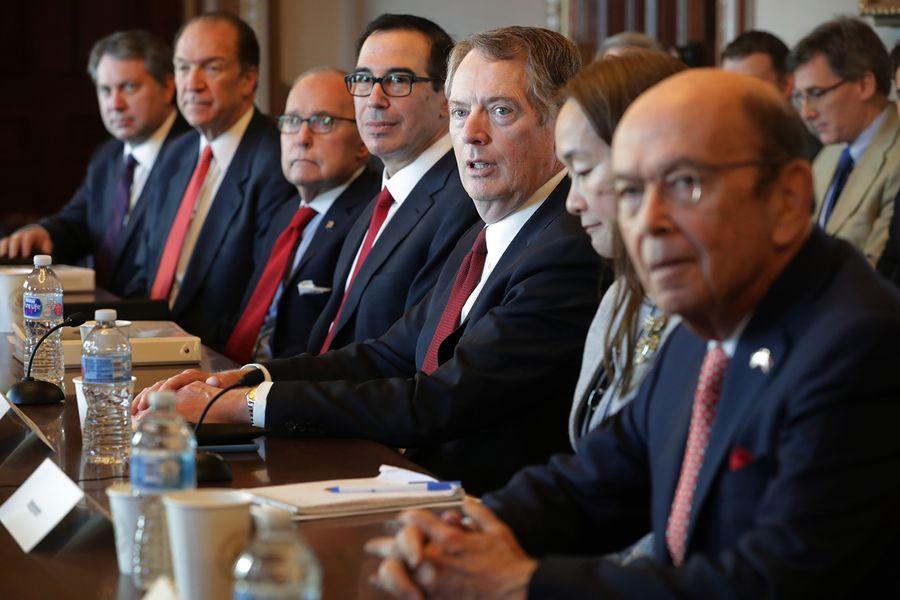 日前,美國媒體傳白宮討論限制美資進入中國,或下一步亮出金融殺手鐧;與此同時,中共大外宣媒體放軟,稱談判進入尾聲,貿易談判後將進入其他談判。圖為美國貿易談判代表團人員出席今年1月在華盛頓的雙邊會談。(Chip Somodevilla/Getty Images)