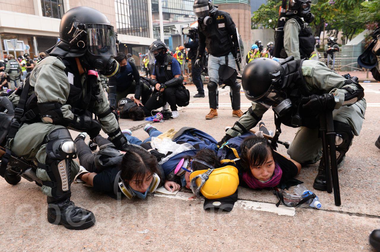 「反送中」持續了3個多月,警察一次次的鎮壓升級,警黑合作公開化,面對政府的不作為,香港市民開始悄然習練自衛術,以備防身自保。圖為29日警察亂捕抗爭市民。(宋碧龍/大紀元)
