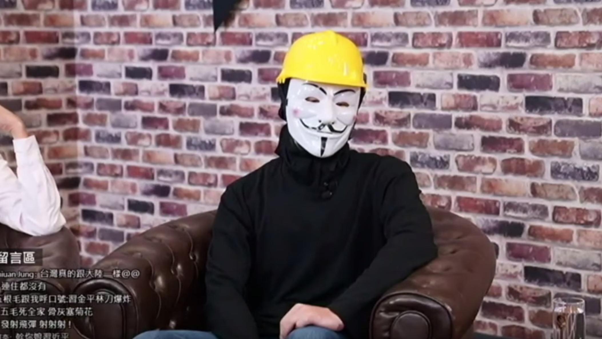 一位頭戴「V煞」面具和頭盔的抗爭者在一次R館show show的節目中表示,六月以前大部分香港人都主張和平理性和非暴力的抗爭。(影片截圖)
