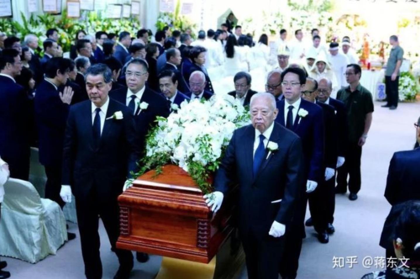 2016 年9月29日,鄭裕彤因病去世,享年91歲。梁振英、李嘉誠等人均到場為其扶靈。(網路圖片)