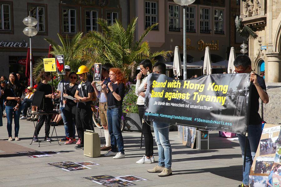 2019年9月29日,香港留學生、港僑等各界人士在慕尼黑瑪琳廣場集會,聲援香港民眾反極權的運動。圖為德國聯邦議員瑪格雷特・鮑澤(Margarete Bause)在現場發言。(黃芩/大紀元)