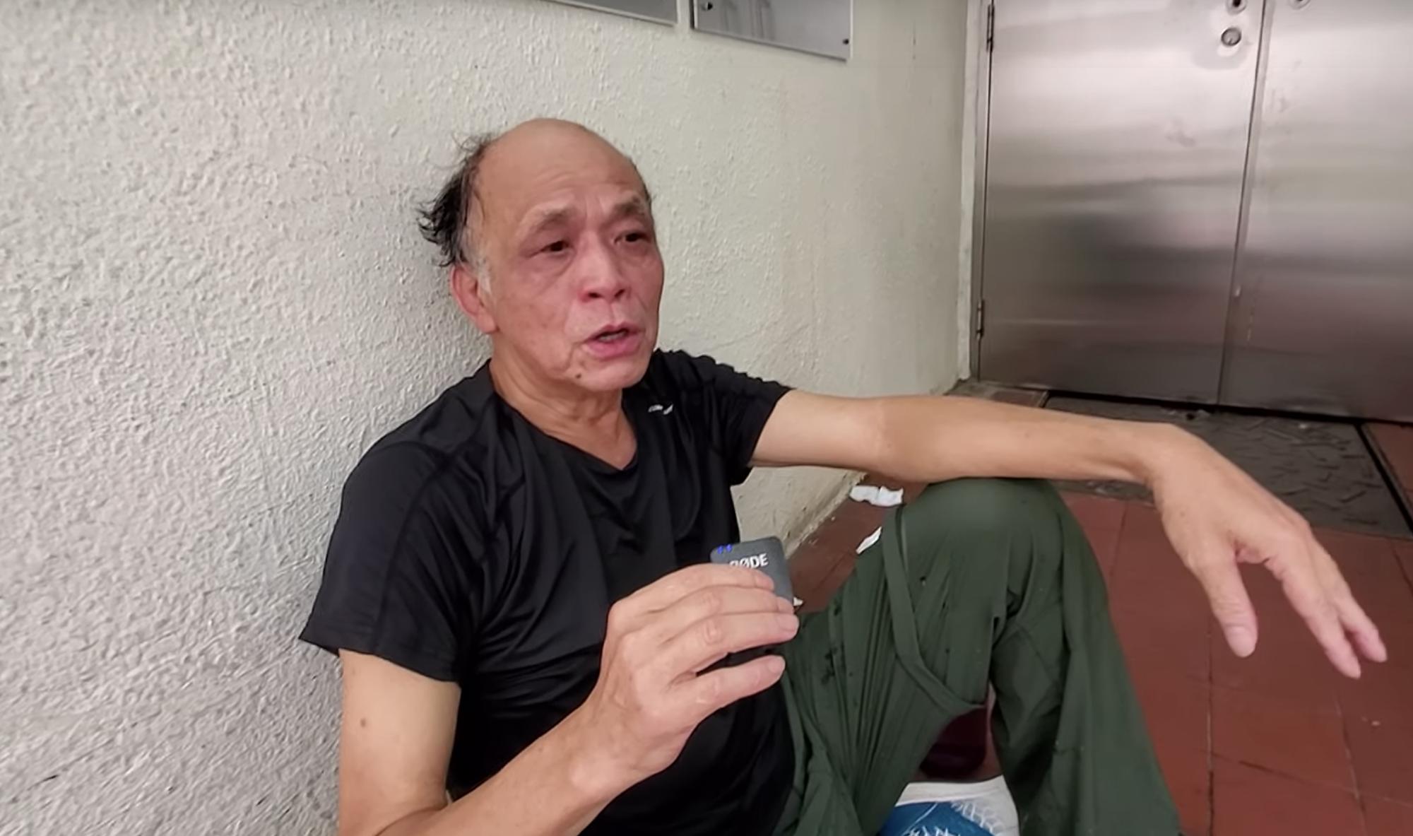 9月29日,全球港人同步抗爭銅鑼灣SOGO處,看熱鬧的街坊許先生受到警方的辣椒水劑和催淚煙的傷害,非常痛苦。(駱亞 / 大紀元)