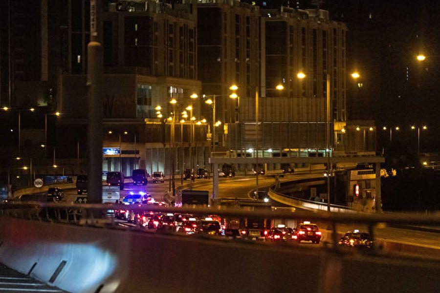 8月29日凌晨,大批中共軍車進入香港。(Billy H.C. Kwok/Getty Images)