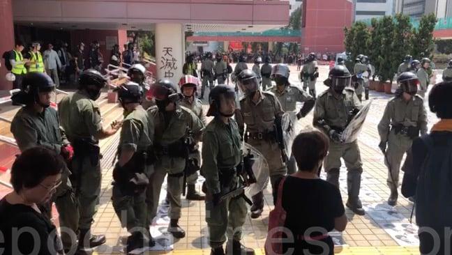 銅鑼灣東角道附近已聚集了大批警察戒備。抗爭市民譴責近期警察一連串的暴行,怒斥警察「「7.21不見人 8.31打死人」。(視頻截圖)