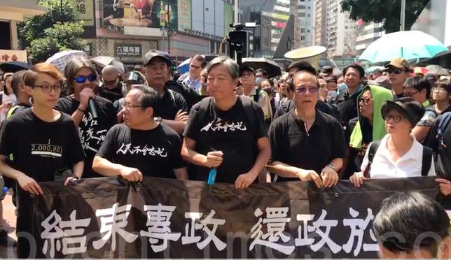 今日12時半,由三名香港民主派前議員李卓人、何俊仁、梁國雄以及民陣副召集人陳皓桓發起的10.1遊行提前半小時從銅鑼灣東角道出發。(視頻圖片)