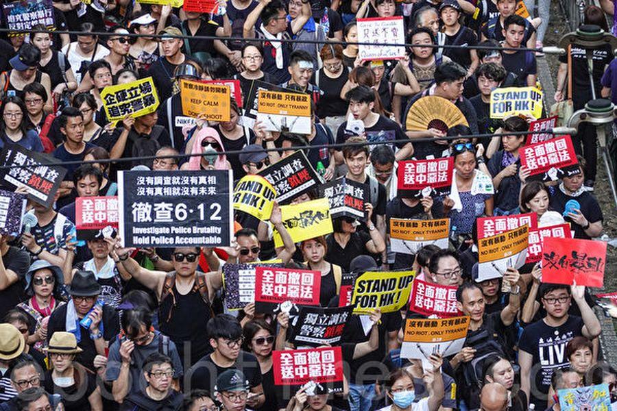 7月1日,香港55萬民眾再次走上街頭舉行大遊行,震撼世界,尤其大陸網民群起要真相。(余鋼/大紀元)