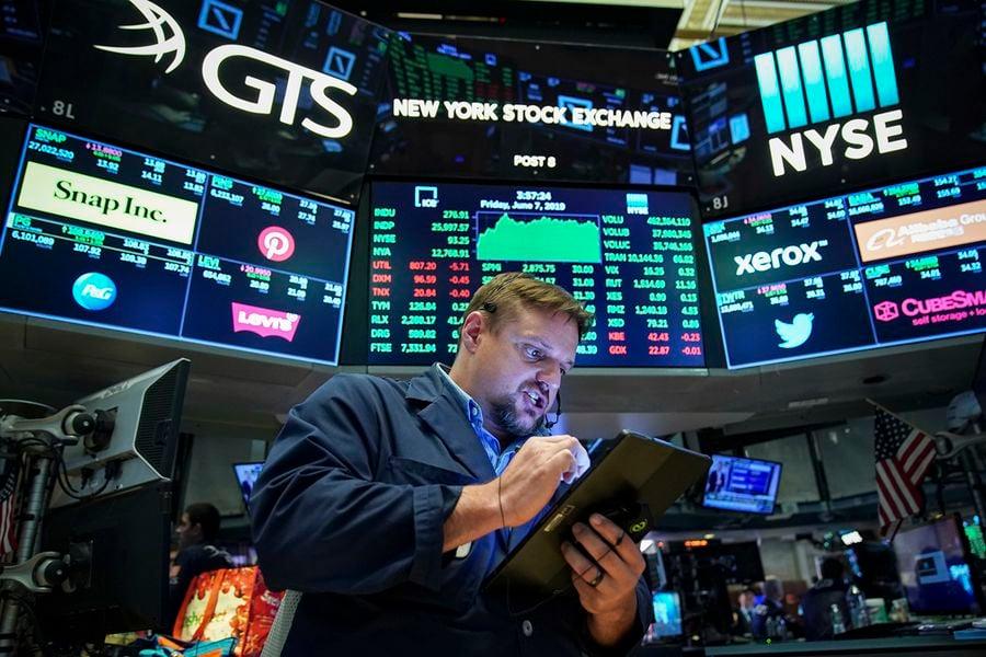 美國規定,在美國證券交易市場掛牌的公司,無論是美國公司或是外國公司,都必須遵守美國法律,包括定期向美國證券交易委員會(U.S. Securities and Exchange Commission)提交經審計過的財務報表。圖為一名在紐約證券交易所的營業員。(Drew Angerer/Getty Images)