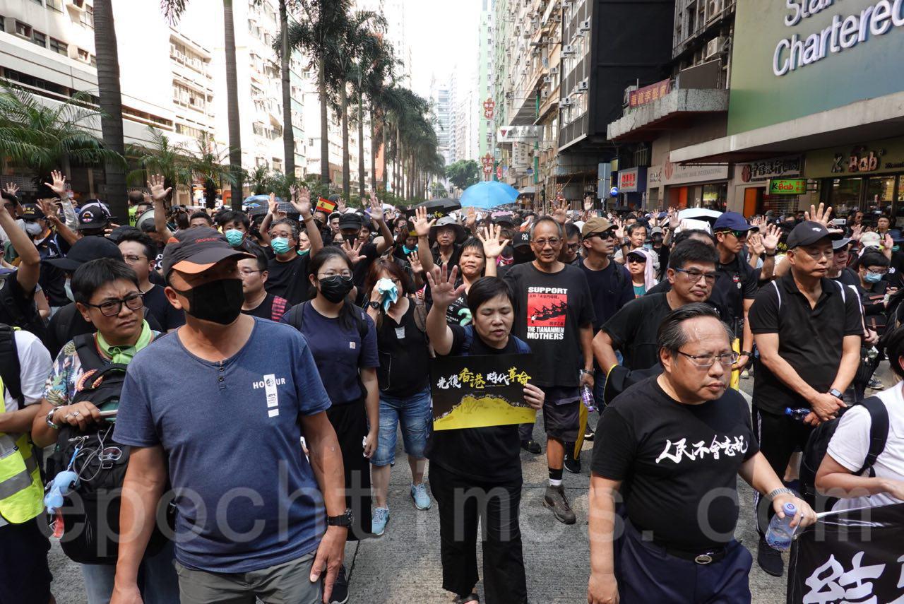 10.1國殤日,香港六區同時發起反中共極權、暴政的大遊行,圖為灣仔地區的10.1大遊行。(余鋼/大紀元)