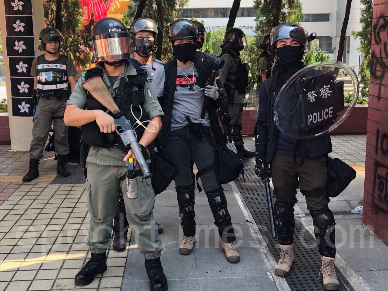 10.1國殤日,香港六區同時發起反中共極權、暴政的大遊行,圖為屯門地區的10.1大遊行,已有大批警察在戒備。(余天佑/大紀元)