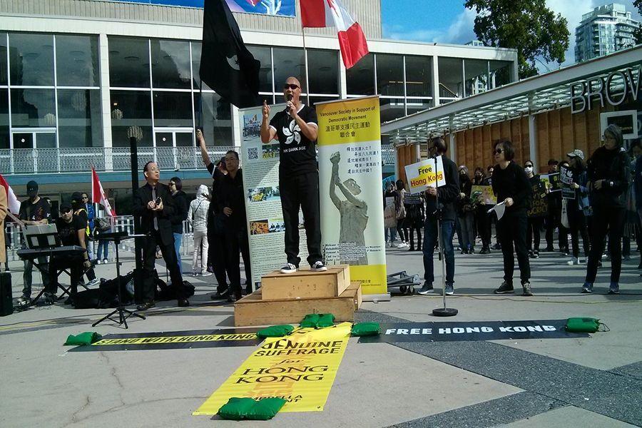 2019年9月29日,居住在溫哥華的香港前立法會議員陳偉業在溫哥華「全球抗暴、對抗極權」集會上發言。(李樂/大紀元)