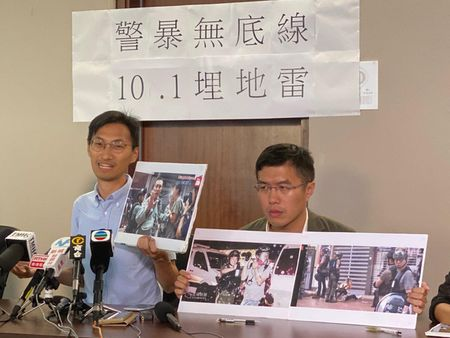9月29日立法會議員朱凱迪在銅鑼灣與警方溝通時也遭近距離噴射辣椒劑。(駱亞/大紀元)