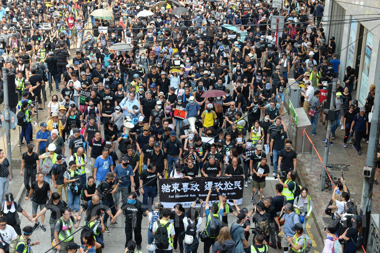 10.1遊行主會場的銅鑼灣大批香港市民不懼中共的白色恐怖,義無反顧地走上了街頭,匯聚成巨大的反對中共極權、暴政,爭自由的人流。(宋碧龍/大紀元)