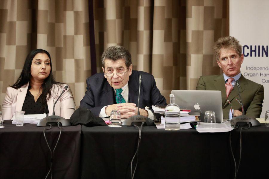 2019年4月6日和7日,獨立人民法庭在英國倫敦再度開庭,聽取有關中共大規模強制摘取良心犯器官的證詞。(從左到右)圖為部份法庭小組成員國際法專家保羅斯(Regina Paulose)、法庭主席尼斯爵士(Geoffrey Nice QC)和英國全球人權基金會董事會成員維奇(Nicholas Vetch)。(Simon Gross/大紀元)