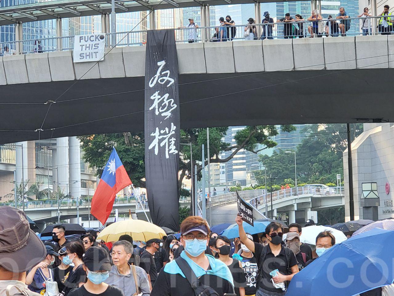 10.1大遊行,香港六區同時發起了「沒有國慶 只有國殤」的集會。(羅亞/大紀元)