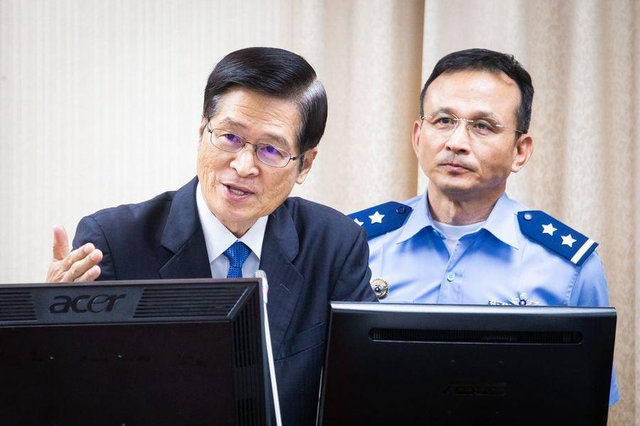 國防部長嚴德發(左)25日表示,中共從第一島鏈擴張至第二島鏈,甚至可能到第三島鏈,「台灣的防衛必須靠自己,自己國家自己救」。(陳柏州/大紀元)