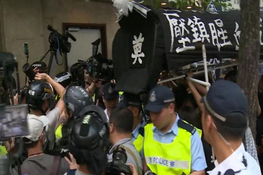 10月1日是中共竊政70年,港府閉門舉行慶祝儀式,場外反送中抗爭者抬黑色棺材示威,批評中共專制統治。(臉書圖片)
