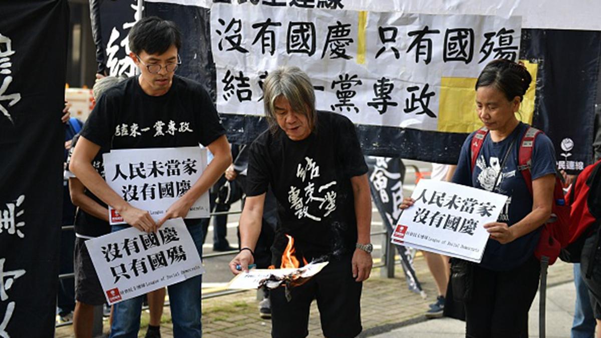 10月1日,香港民眾舉行大規模的「國殤日遊行」。(NICOLAS ASFOURI/AFP/Getty Images)