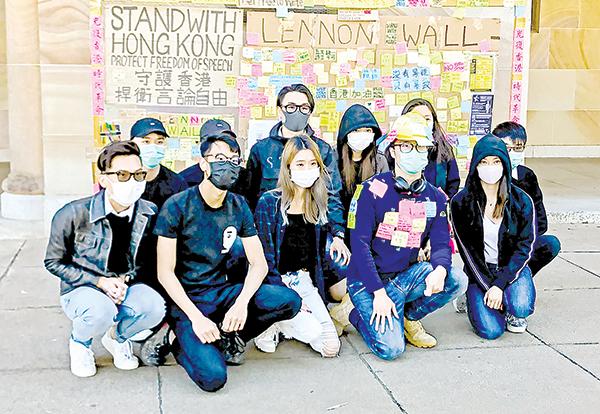 香港留學生請求民眾支持香港人反送中五項訴求。(楊裔飛/大紀元)