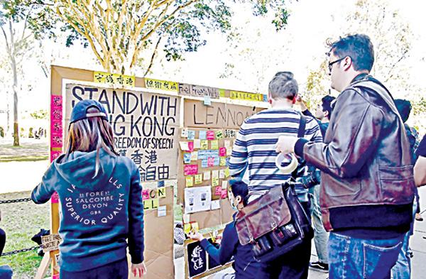 8月9日,昆大學生們在流動連儂牆上貼上自己對香港反送中活動的支持(楊裔飛/大紀元)