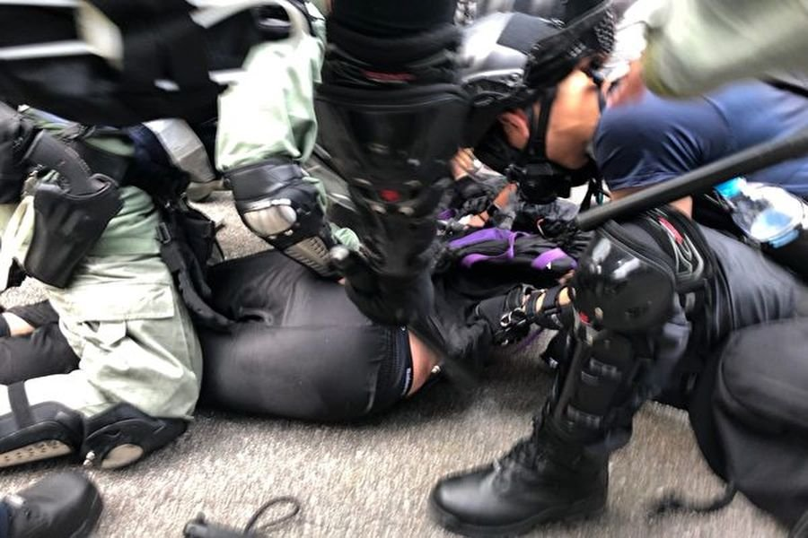 10月1日,「十一」港人六區抗暴政活動。警方屯門放催淚彈後抓人。(余天祐/大紀元)