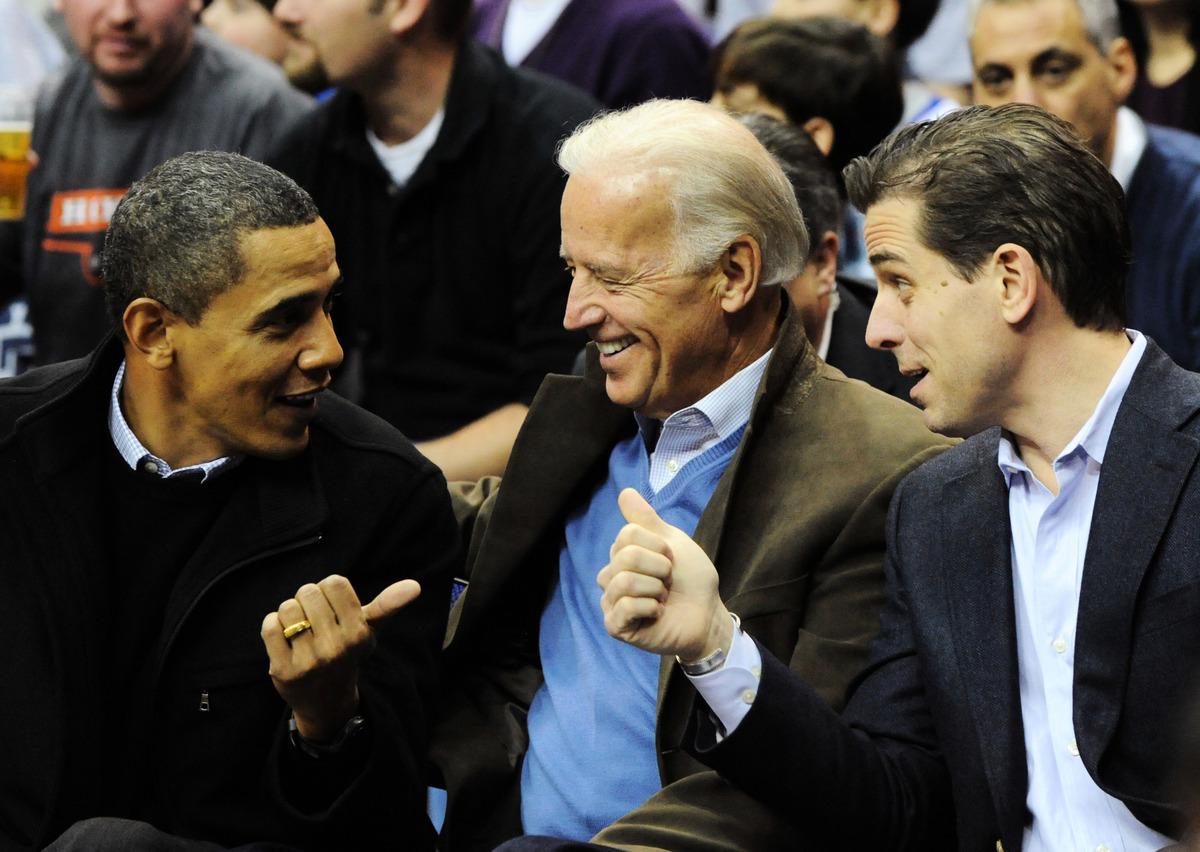 喬拜登(中)與兒子亨特拜登(右)以及前總統奧巴馬於2010年在華盛頓DC觀看一場籃球賽。(Getty Images)