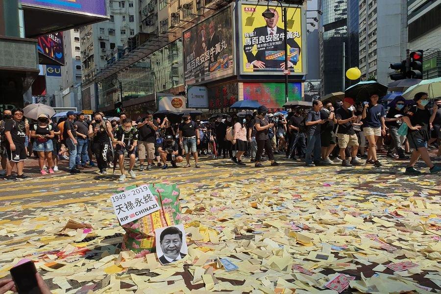 2019年10月1日,香港市民在各區舉行主題為「沒有國慶 只有國殤」的大遊行。圖為遊行民眾在銅鑼灣撒紙錢。(孫明國/大紀元)
