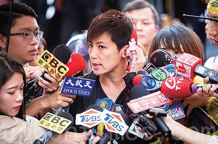 台灣多個民間團體9月29日在台北發起「929台港大遊行──撐港反極權」活動,會前何韻詩接受媒體訪問時遭潑漆。(陳柏州/大紀元)