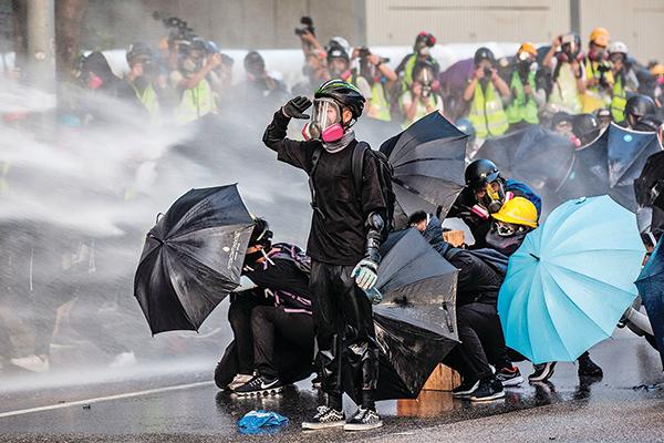 面對中共暴政,香港人已經率先覺醒,暴政的血雨腥風已經嚇不倒他們。中共正在惶惶中無可奈何的等待著港人的覺醒擴散至大陸。(AFP)
