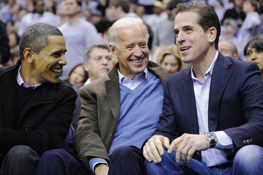 喬拜登(中)與兒子亨特拜登(右)以及前總統奧巴馬於2010年在華盛頓DC觀看一場籃球賽。(Associated Press)