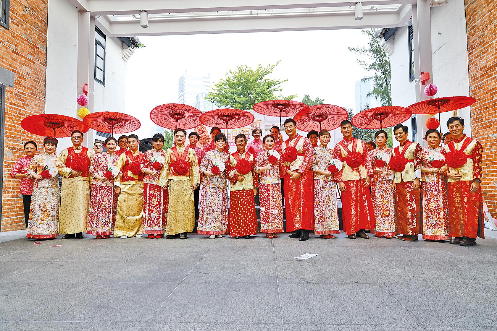 八對參加集體婚禮的夫妻合照。