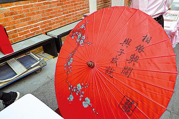 婚嫁禮儀用的紅傘。
