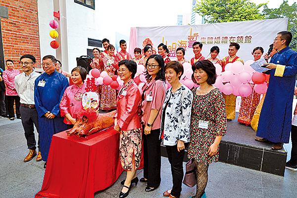 金豬回禮環節中,各主禮嘉賓與一眾新人齊切回門金豬,象徵禮尚往來。
