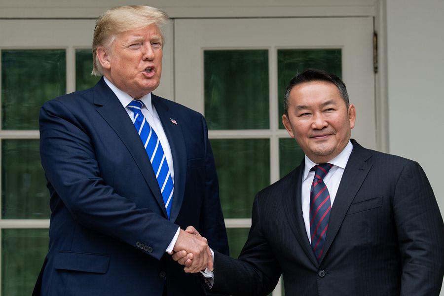 美國智囊戰略與國際研究中心亞洲事務資深副總裁格林撰文說,美國應該幫助作為「第三鄰國」的蒙古對抗中共。圖為2019年7月31日,蒙古總統巴特圖勒嘎與美國總統特朗普在白宮會面。(SAUL LOEB/AFP/Getty Images)