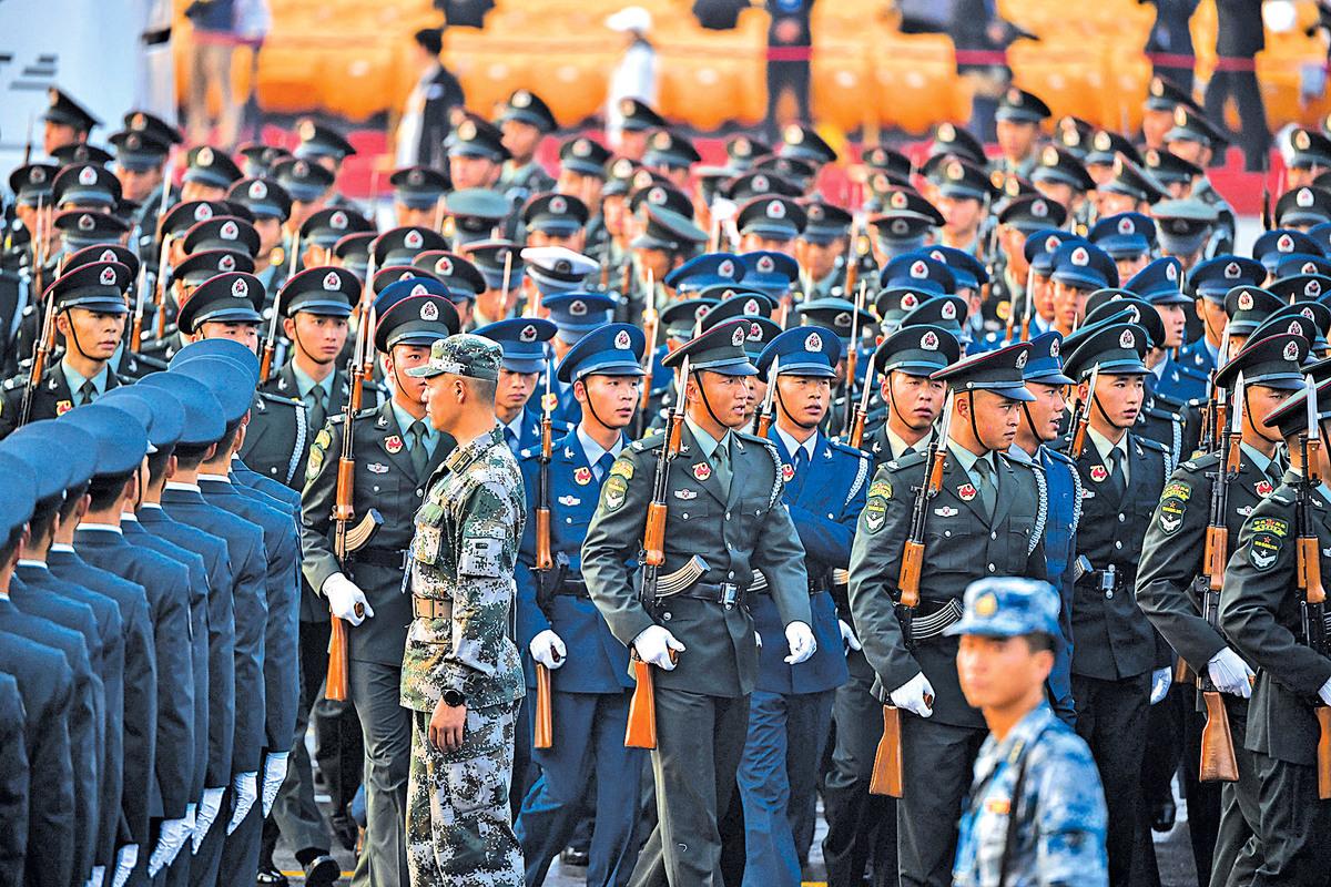 10月1日上午,中共軍隊在天安門廣場進行閱兵式綵排。(大紀元資料室)