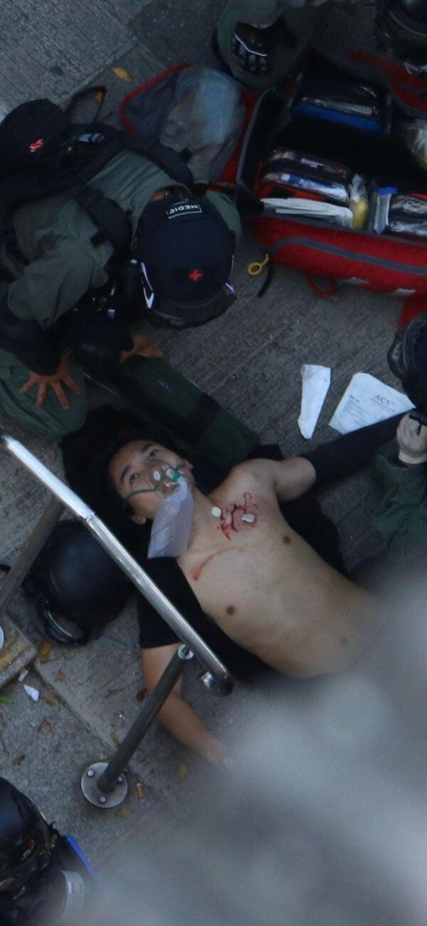 10月1日下午,香港一名參與示威集會的高中生被警員近距離開槍擊中左胸倒地,流血不止。(圖片來源:推特)