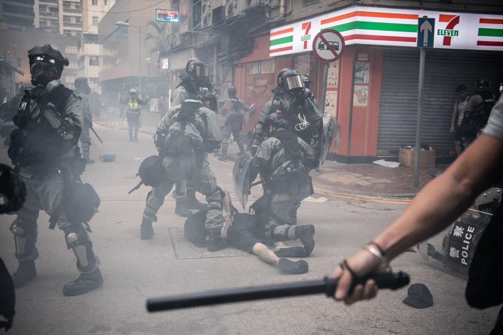 香港警方於2019年10月1日在灣仔地區武力驅趕街頭抗議人群時逮捕了一名抗議者。(Laurel Chor/Getty Images)