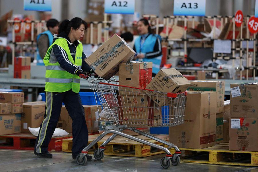 中國民營經濟貢獻中國GDP的2/3左右,提供城鎮3億多人工作崗位、繳納了全國50%以上的稅收,卻不時受到中共共產體制下的侵佔威脅。圖為阿里巴巴一處集散發貨點。(AFP)