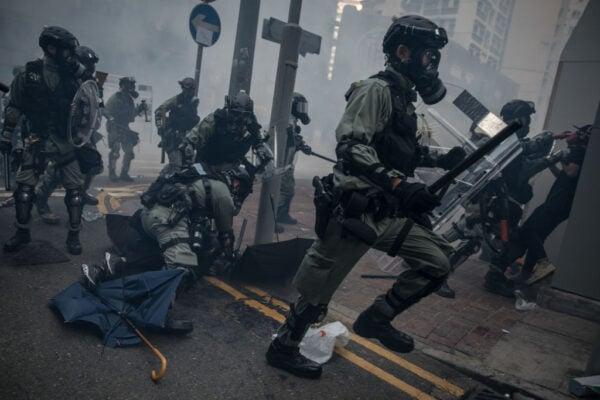 大批防暴警察撲向抗爭者,實施暴力抓捕。(Chris McGrath/Getty Images)