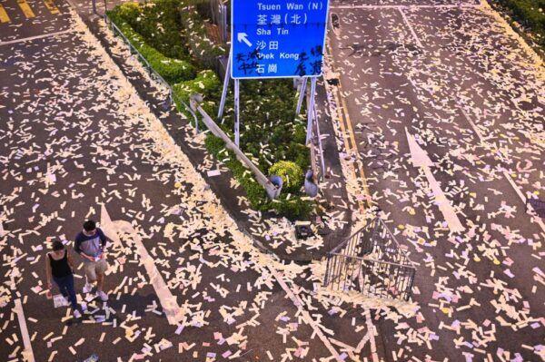 10月1日,荃灣示威過後,留下滿地替中共「賀壽」的冥幣。(PHILIP FONG/AFP/Getty Images)