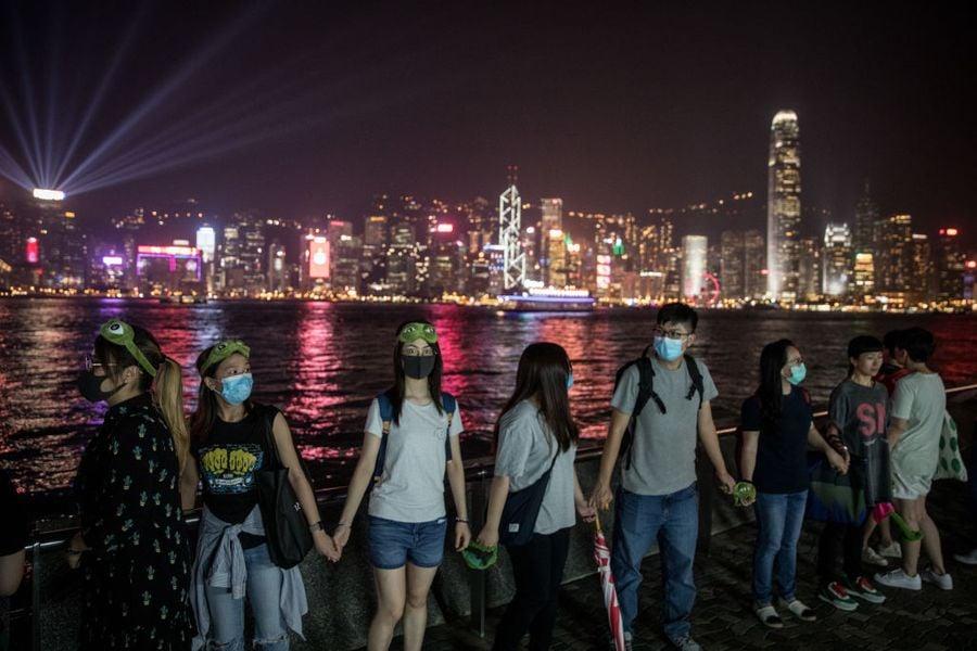 香港「反送中」運動中,港人通過各種不同的方式,借助網絡及媒體向國際社會求援,並成功贏得歐美各國政府及民眾的強烈關注和同情。美媒形容香港人機動、多樣的抗爭方式,如同「靈活的大衛」,而中共對外的媒體煽動和蠱惑則像極了「笨拙的巨人歌利亞」。(Chris McGrath/Getty Images)