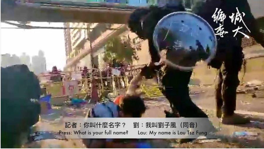 「我叫劉子峰!」一名被港警暴力拘捕的急救人員喊完這句話後就沒有了聲息,他的手臂也疑被擰斷。(影片截圖)
