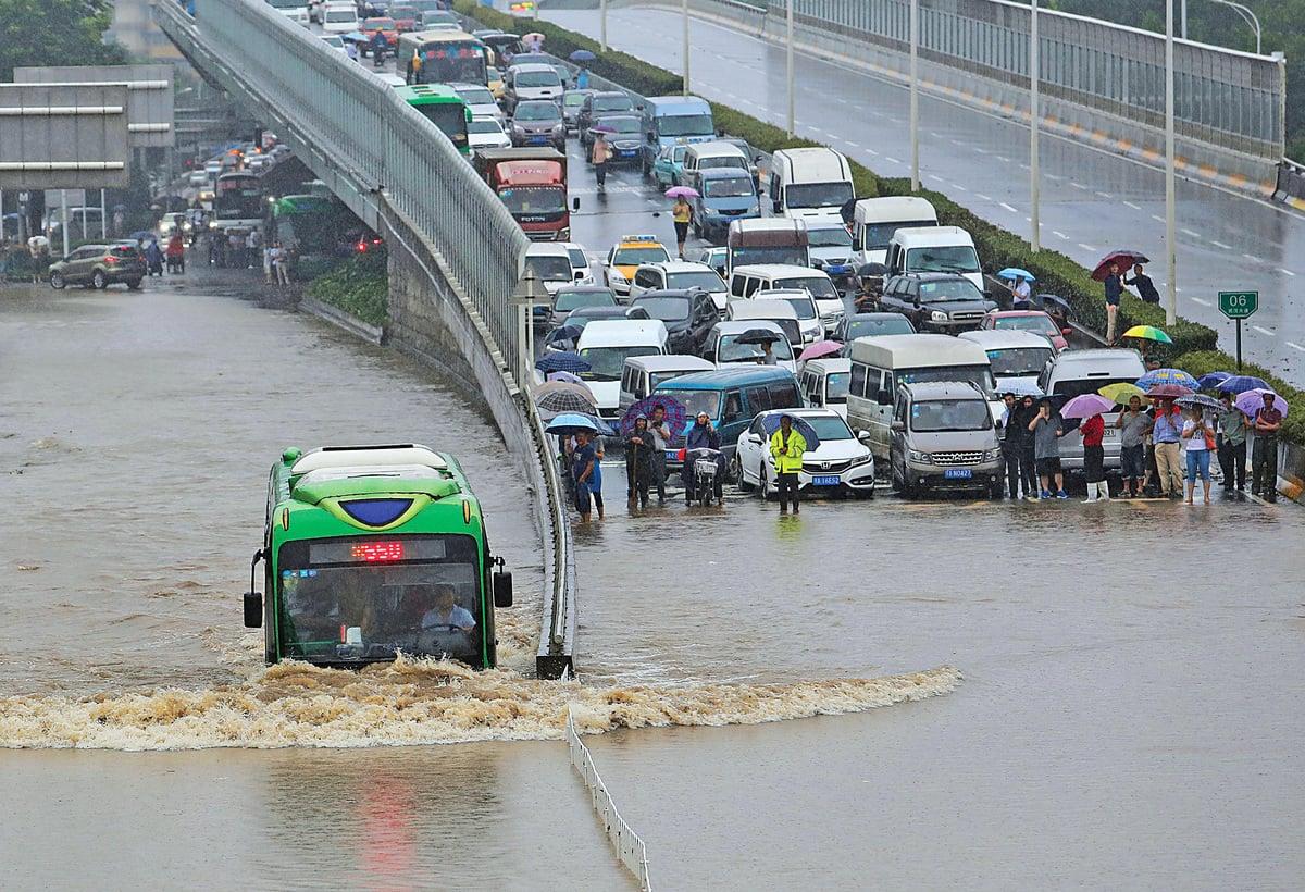 大雨令武漢交通接近癱瘓,圖為被雨水阻斷的路段。(Getty Images)
