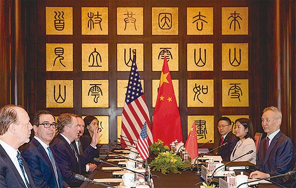 人民幣破七後,中美博弈會更凶險。圖為7月31日中美代表團在上海西郊會議中心進行談判。(Getty Images)