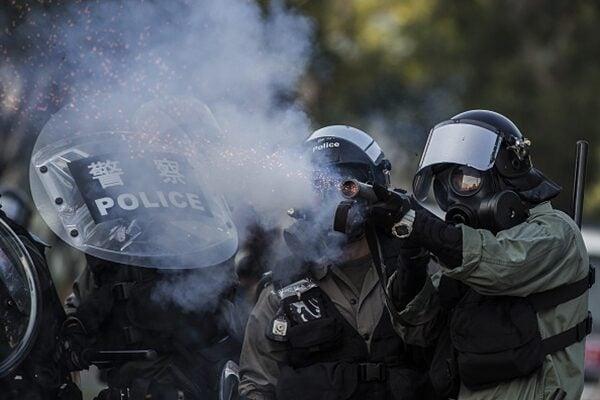 10月1日,警方向示威者發射海量催淚彈。(ISAAC LAWRENCE/AFP/Getty Images)