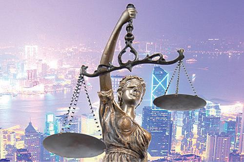 正義女神蒙上雙眼象徵絕對中立,一手持利劍(正義),一手拿天秤(公平、公正)。但「7•21事件」破壞了香港法治社會的底線,社會失去正義公正。(大紀元合成圖)