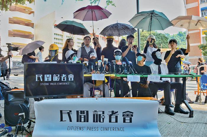 民間記者會昨日召開緊急聯合記者會,批評警方以以實彈射擊一名中五學生,又指香港已進入戰爭狀態。(宋碧龍/大紀元)