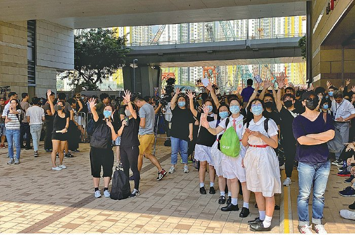昨日近千名市民和學生到西九龍裁判法院外,聲援9月29日被捕的學生和10月1日被警方以實彈槍擊的學生。(駱亞/大紀元)